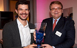 The winners (f.l.): Philipp Albrecht, HappyMed GmbH and Martin Kirschner, Syntellix AG.